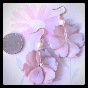 NWT pretty flower shell fresh water pearl earrings